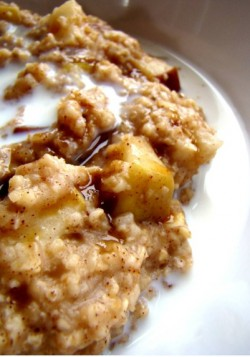 Slow Cooker Apple Cinnamon Oatmeal….cook overnight to wake up to delicious smells and a tasty br ...